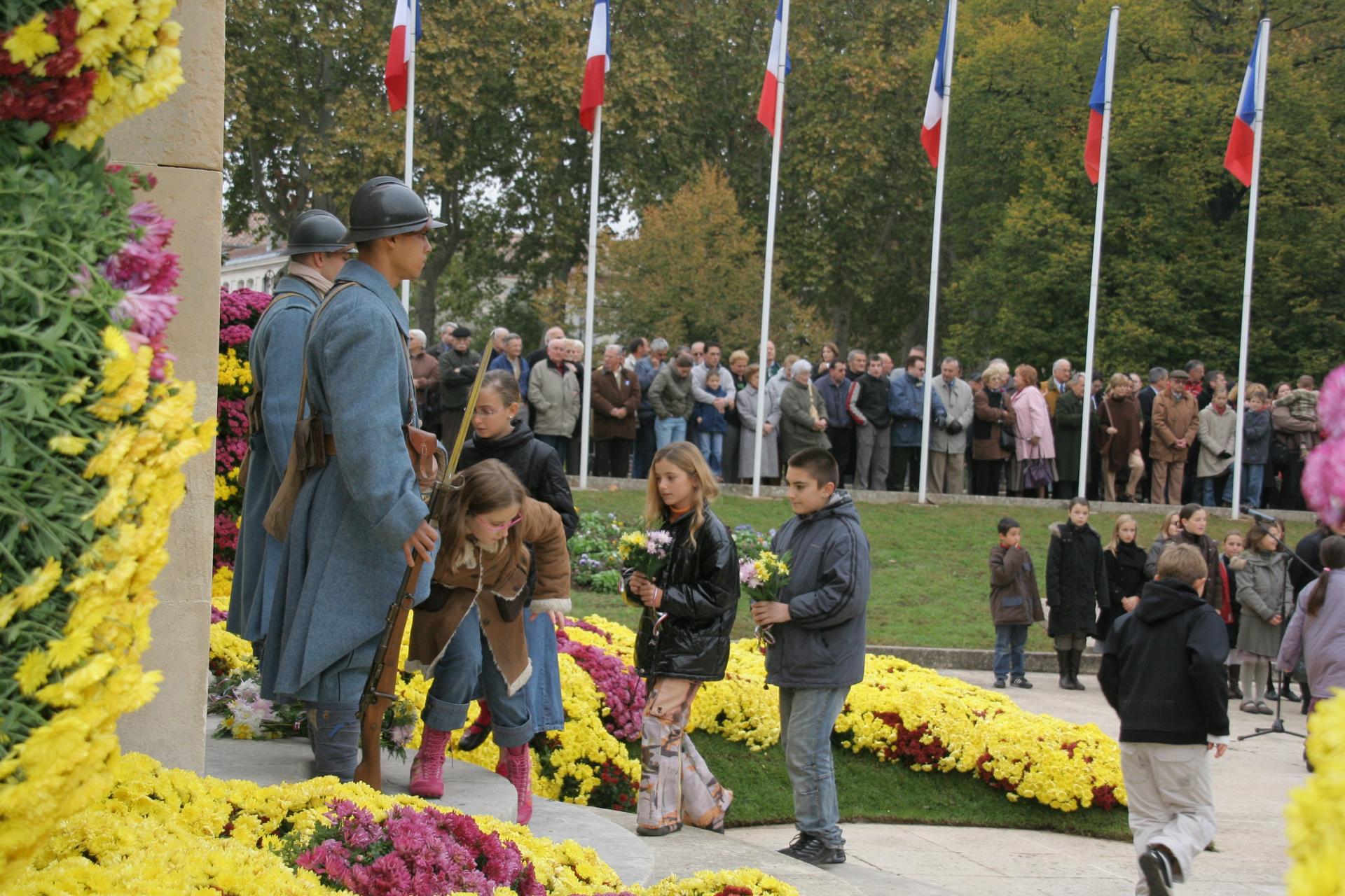 Enfants au monument