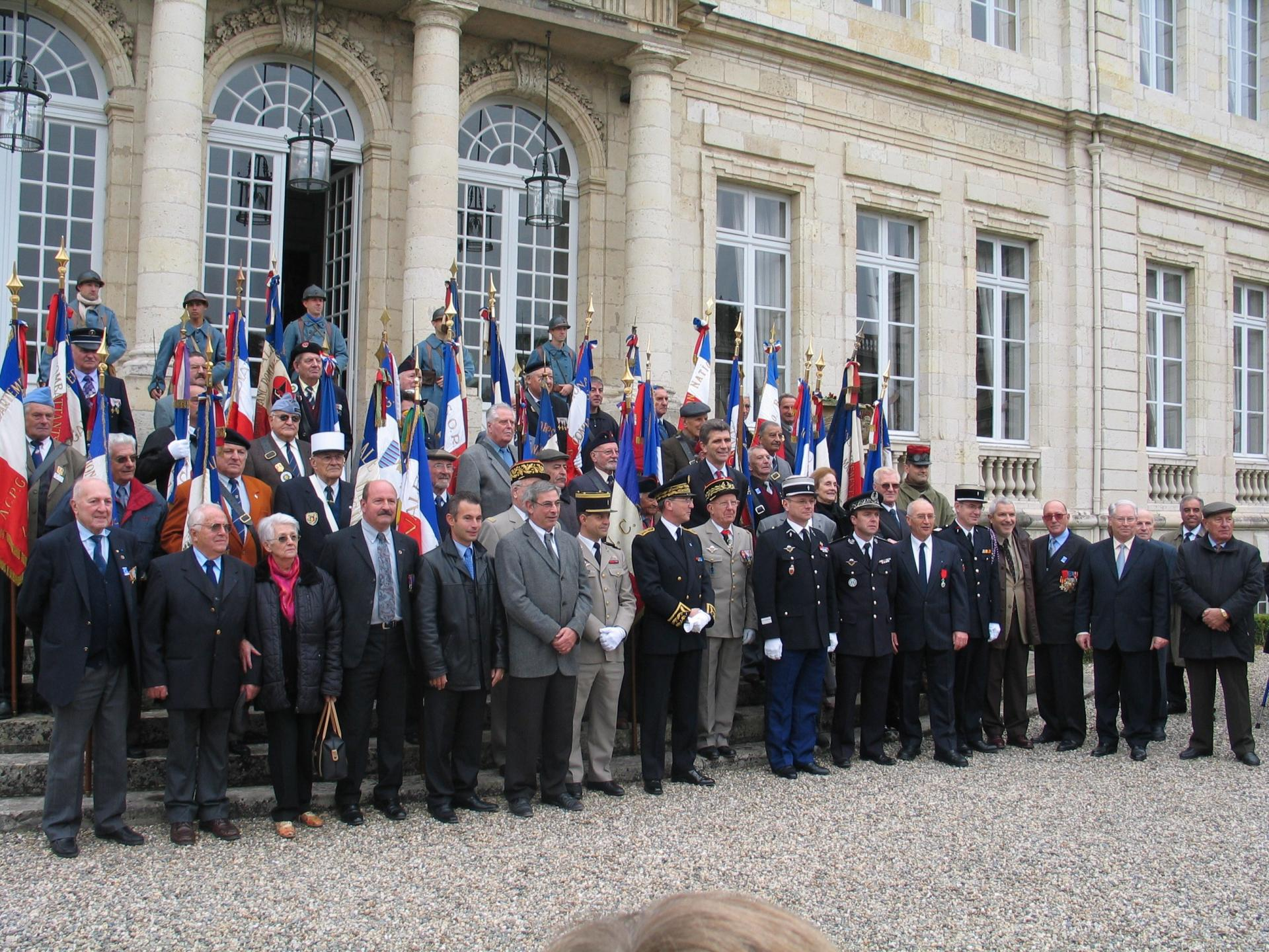 Officiels devant la prefecture