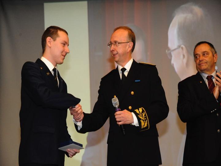 Bryan Dietz en compagnie du Préfet pour recevoir le prix